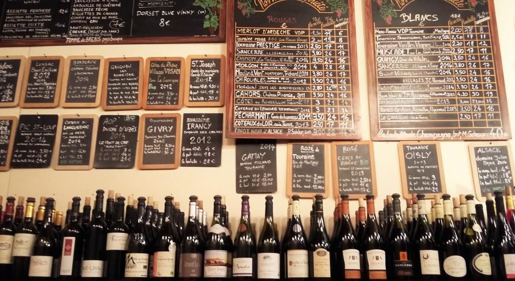 Preços baixos e dezenas de garrafas em uso na prateleira atrás do balcão
