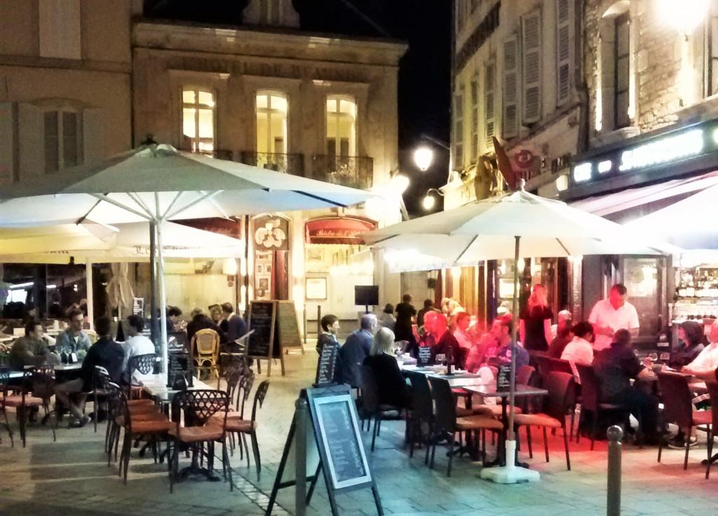O movimento em alguns dos muitos bares de vinho e restaurantes da cidade