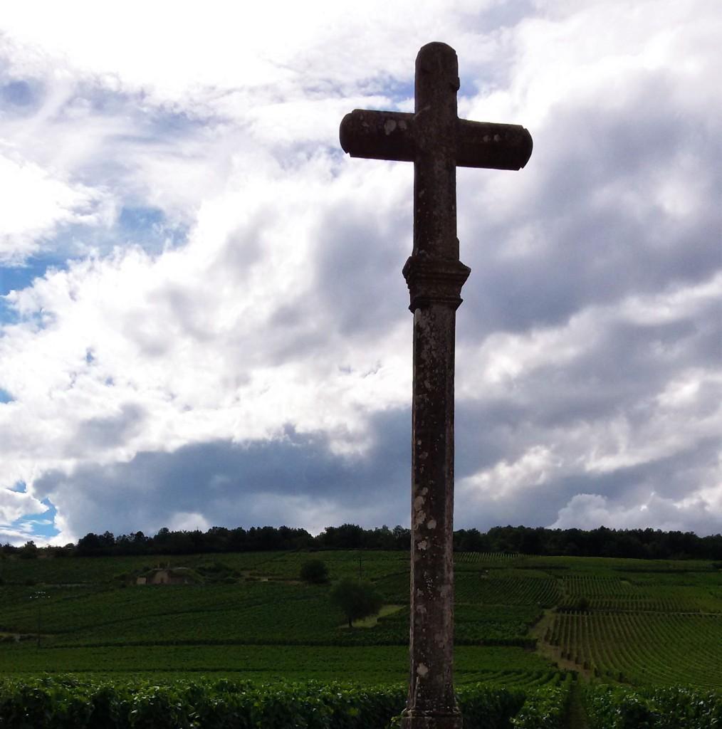 O secular crucifixo de pedra, 'marca registrada' do vinhedo Romanée-Conti