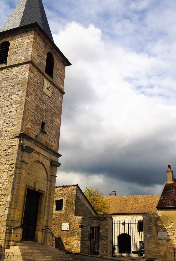 A Église Saint Martin e o portão do 'domaine', ao fundo