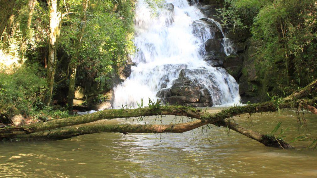 A cachoeira no 'Espaço Zen': em frente a ela, degusta-se um espumante
