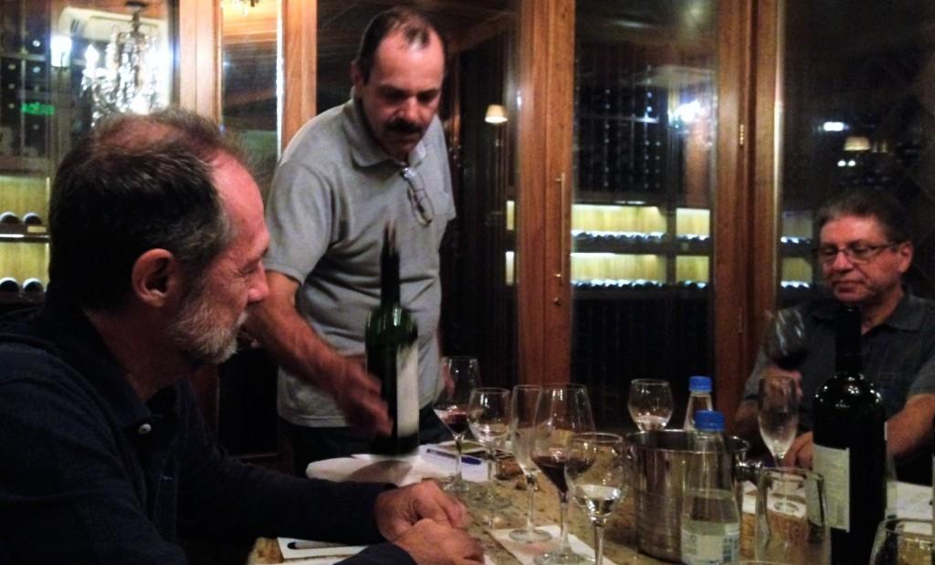 O enólogo Luís Milani em ação