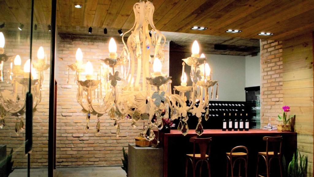 Área interna da vinícola e o balcão de degustações (foto: divulgação)