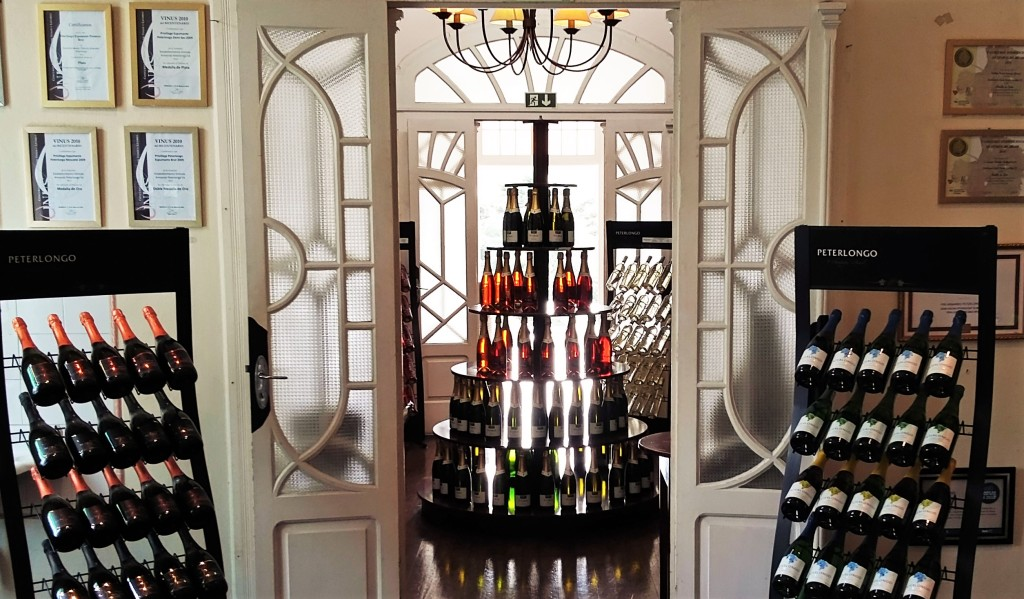 Loja que funciona no histórico castelo-sede da vinícola