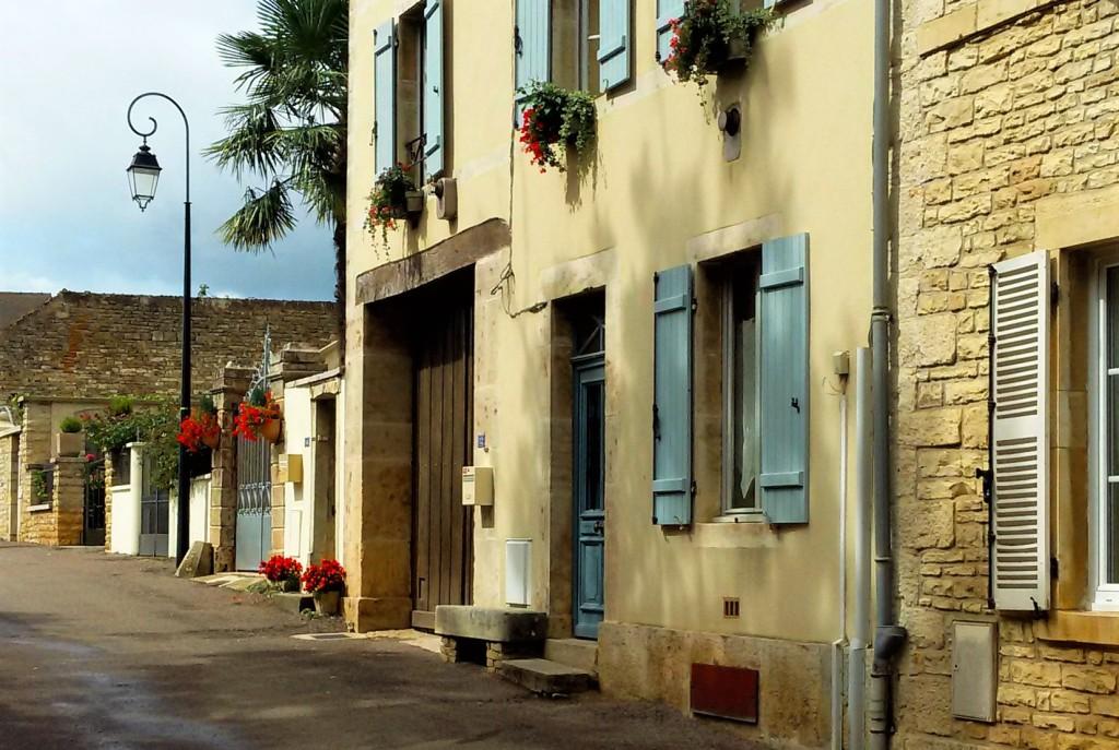 Rua e casario de Pommard, vilarejo bucólico que parece ter parado no tempo