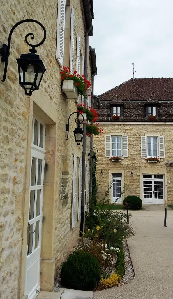 Puligny-Montrachet e suas casas com flores nas janelas