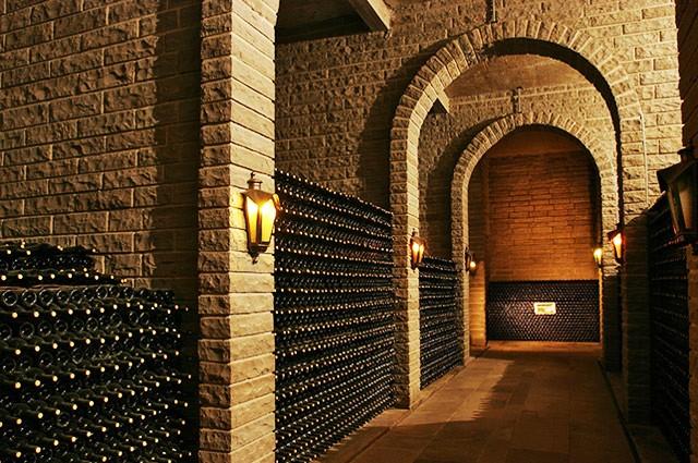 Cave de armazenamento dos vinhos