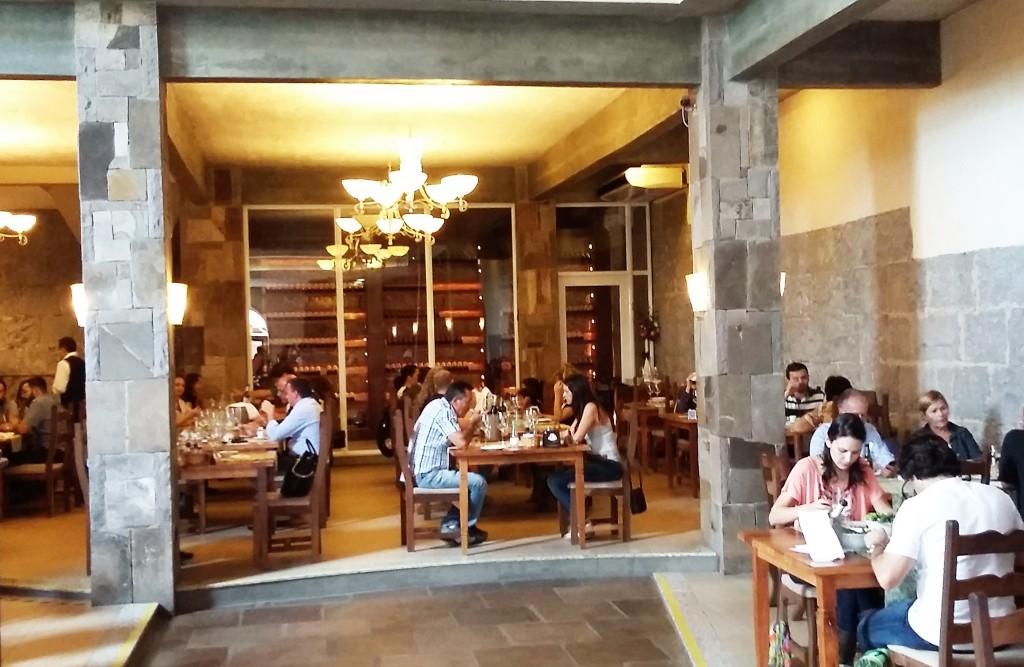 Restaurante Maria Valduga une o rústico das pedras de basalto a uma decoração contemporânea