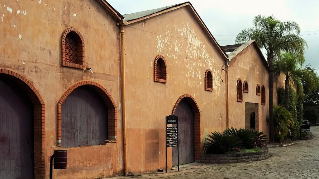 Armazéns antigos compõem a paisagem dentro do complexo enoturístico da Casa Valduga