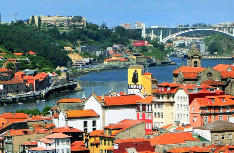 Porto e de Vila Nova de Gaia (em primeiro plano), onde ficam os fabricantes de Vinho do Porto, com a ponte que liga as duas cidades ao fundo