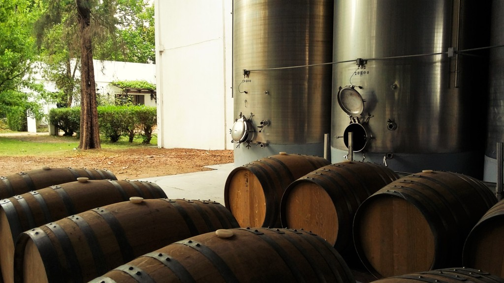 Grandes tanques de aço inox e barricas de carvalho em um dos pátios cobertos da sede da bodega em Colón, perto de Montevidéu