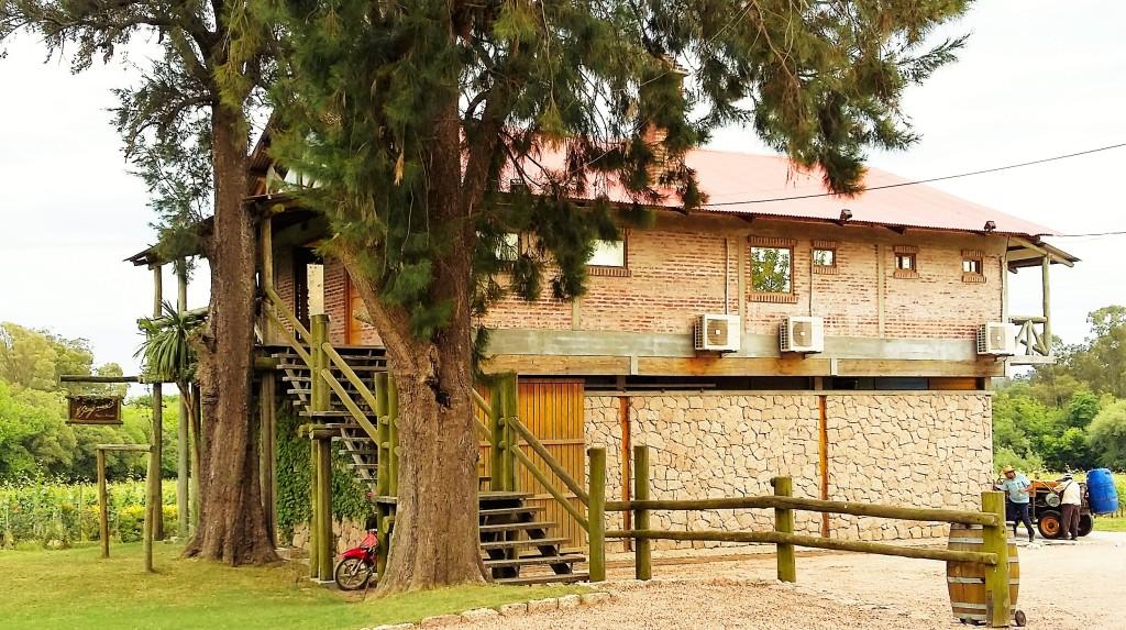 A casa de pedra em cuja varanda de madeira fizemos a degustação, de frente para os vinhedos (foto que abre esse texto)