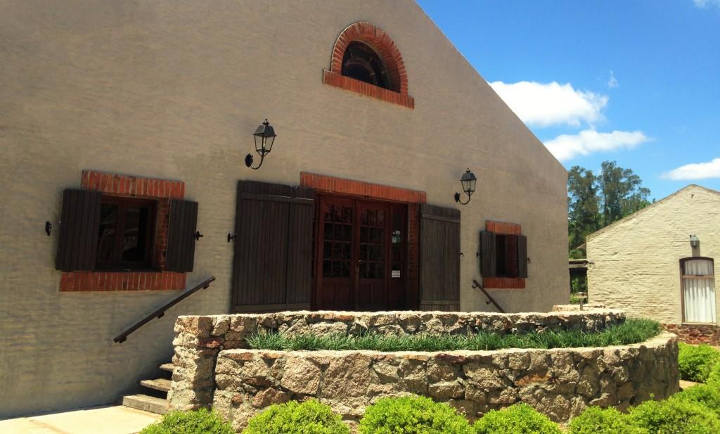 Casa onde ficam a sala de degustações, o salão de eventos, a loja de produtos da vinícola e a cave subterrânea