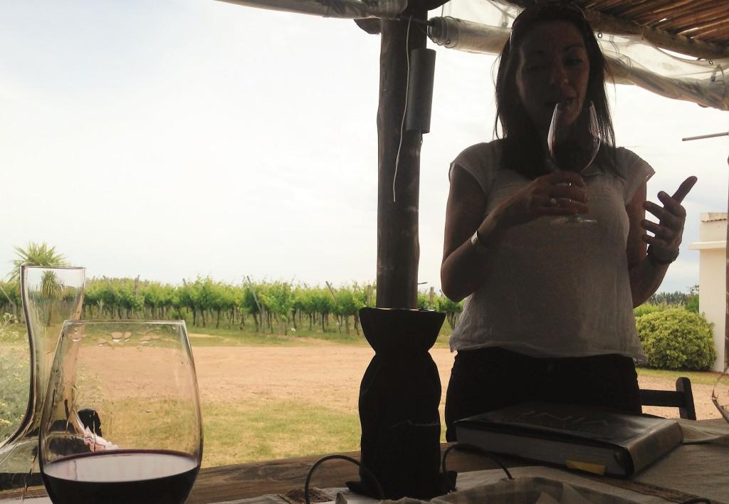 A sommelier Lorena e o Tannat Grand Reserve na taça que fechou a degustação