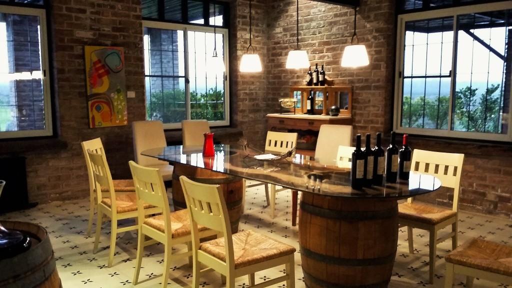 A linda sala de degustação da vinícola: provas de amostras de vinho das barricas e quase nunca das cobiçadas garrafas