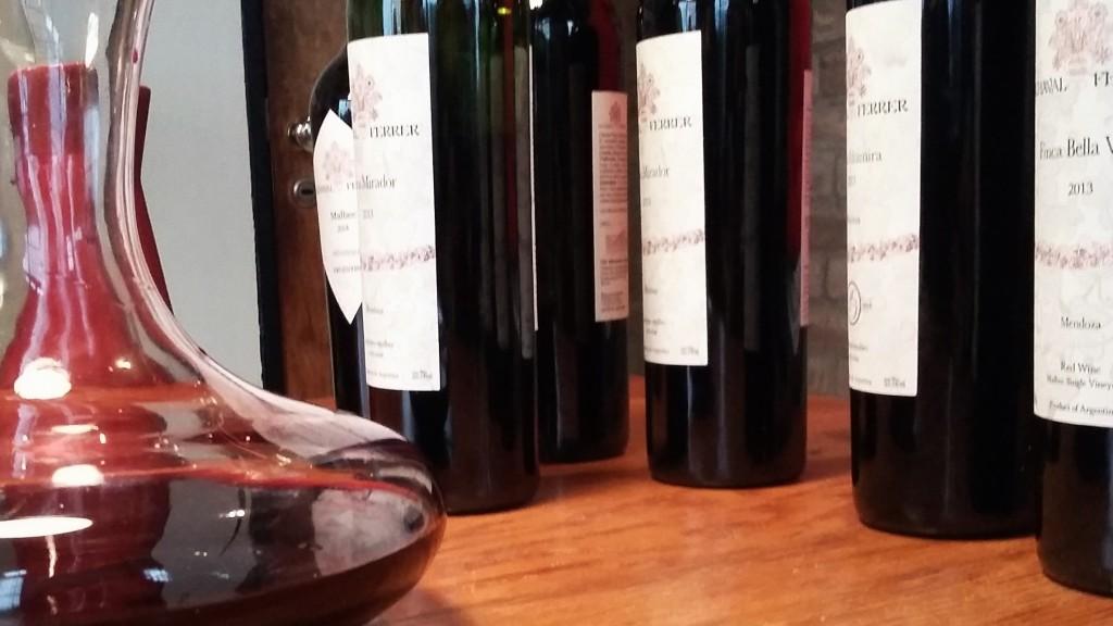 Vinhos e decanter na mesa de degustação