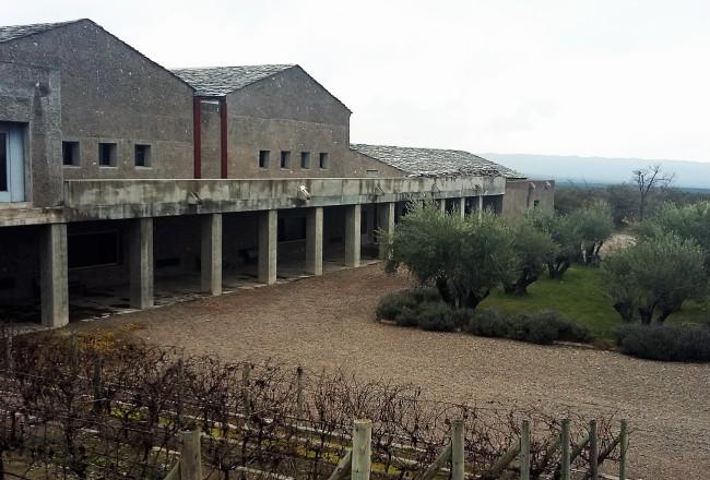 Sede da vinícola se confunde com a linda paisagem desértica da região