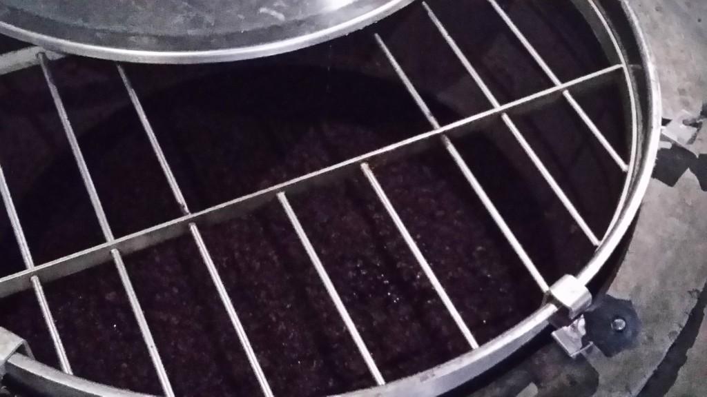 A fermentação ainda ocorrendo no tanque de aço