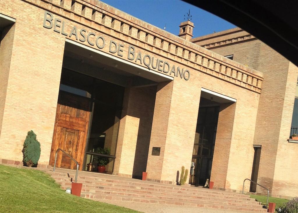 Entrada da moderna vinícola que pertence a um grupo espanhol que está há oito gerações no negócio do vinho