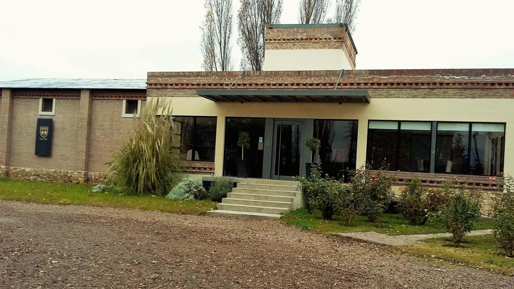 Casa ao mesmo tempo rústica e moderna que é a sede da vinícola em Agrelo, Lujan de Cuyo, Mendoza