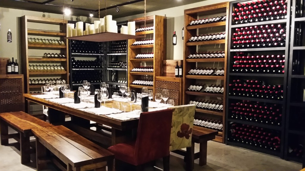 A bonita adega da vinícola, onde são realizadas as degustações, fica no subsolo do restaurante