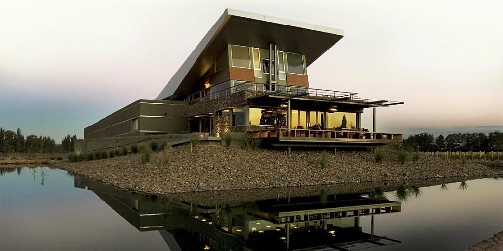 Construção moderna e arrojada, sede da Melipal parece estar suspensa na paisagem (foto: divulgação)