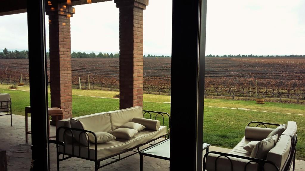 Varanda e vinhedos vistos de dentro da moderna bodega Andeluna, na região do Valle de Uco