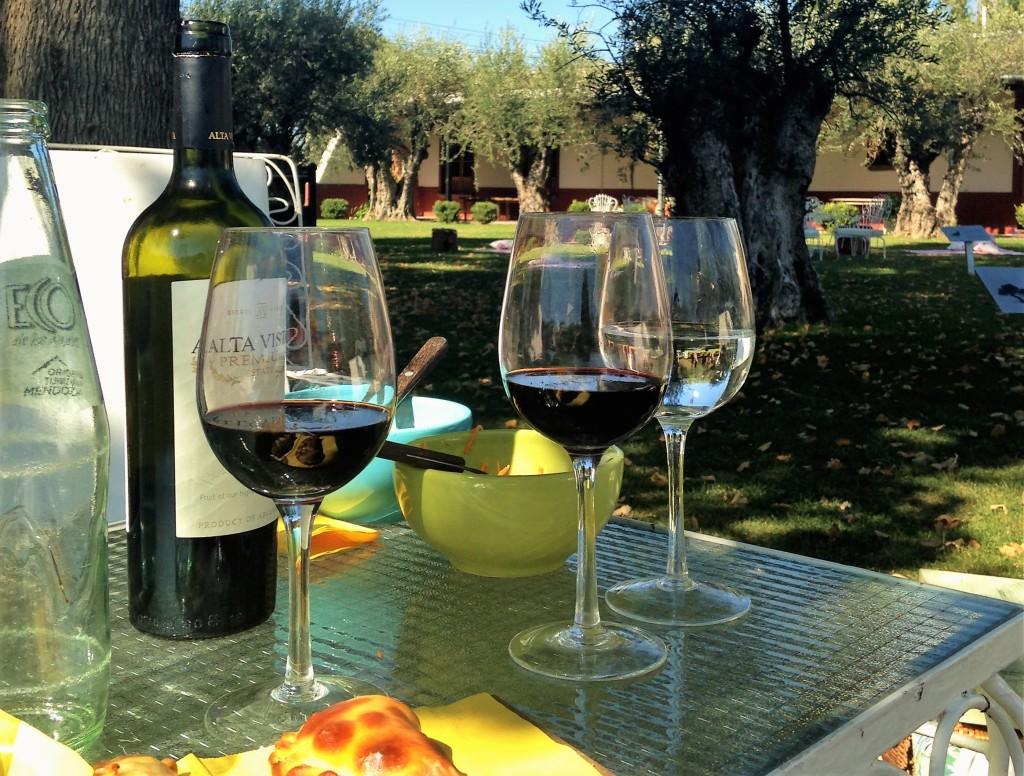 No verão, quando o tempo permite, vinícolas oferecem piqueniques em jardins como este na Altavista, em Chacras de Coria