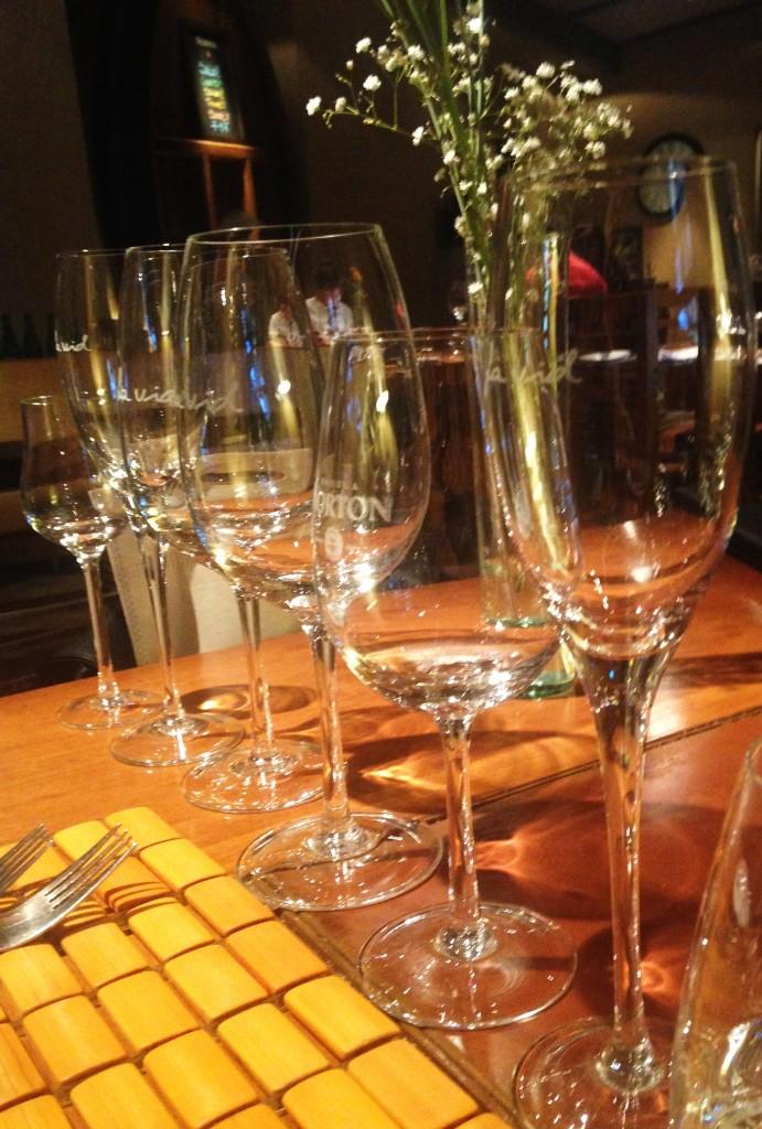Fila de taças aguardam os vinhos do menu harmonizado