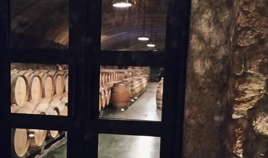 A sala de barricas de carvalho da Vistalba, onde amadurecem os vinhos premium