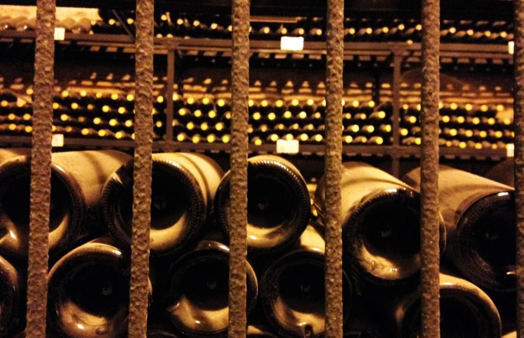 Detalhe da grande adega subterrânea: vinhos de diferentes anos para consumo apenas da família de proprietários da vinícola