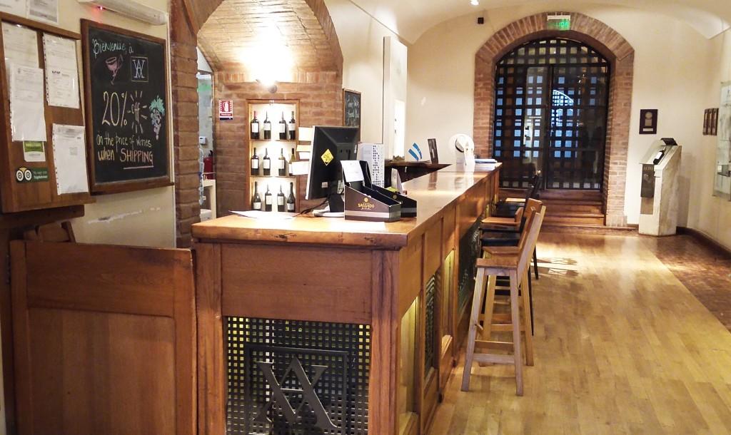 A loja e espaço de degustações fica onde antes era um grande tanque de concreto para fermentação de vinhos...