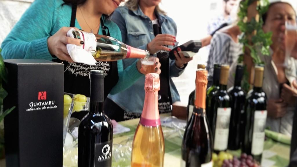 A vinícola brasileira Guatambu marcou presença com seus produtos na Junta Local: taças a R$ 16
