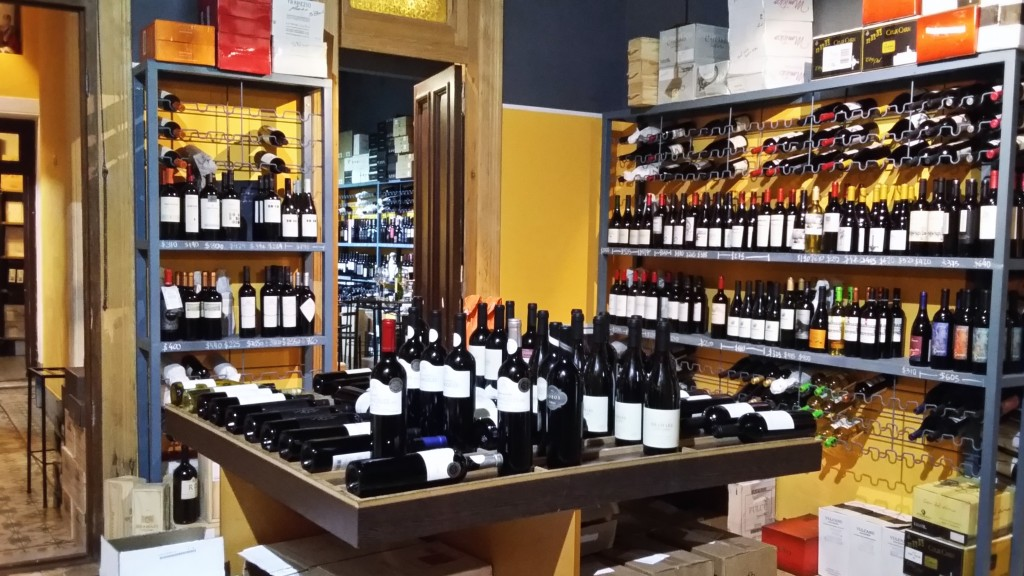 Na loja, há mais de 500 rótulos de vinícolas grandes e pequenas, de diferentes preços, estilos e regiões do país
