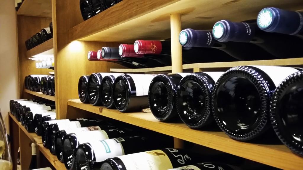 Detalhe das prateleiras da loja e bar de vinhos: são centenas de rótulos de variados preços, estilos e produtores da Borgonha