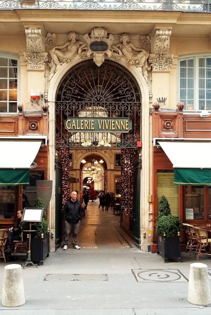 Entrada de uma das passagens cobertas mais elegantes e famosas de Paris, onde está a Legrand