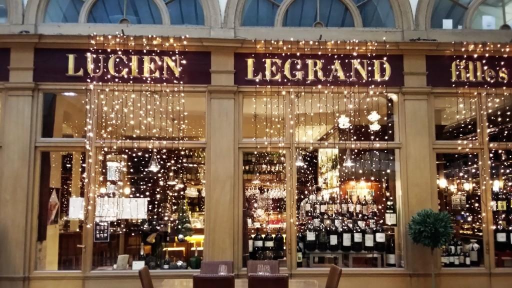 Fachada da Cave Legrand enfeitada no Natal: uma das mais bonitas e tradicionais lojas de vinhos de Paris