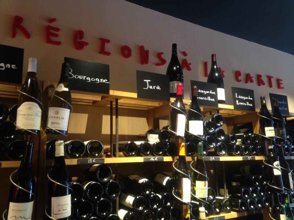 Os vinhos são organizados por regiões produtoras. É simples e fácil escolher.