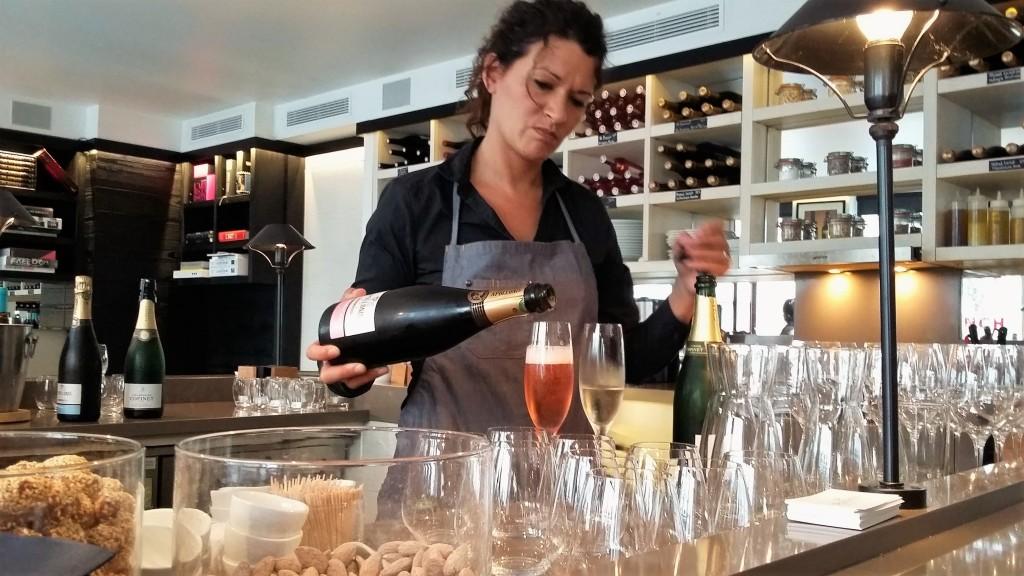 É possível conhecer vinhos brancos, tintos, rosés e champanhes de produtores menos conhecidos e exclusivos