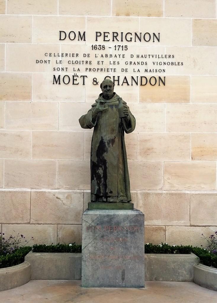 A estátua de Dom Pérignon, no pátio da Moët & Chandon: 'inventor do champanhe'