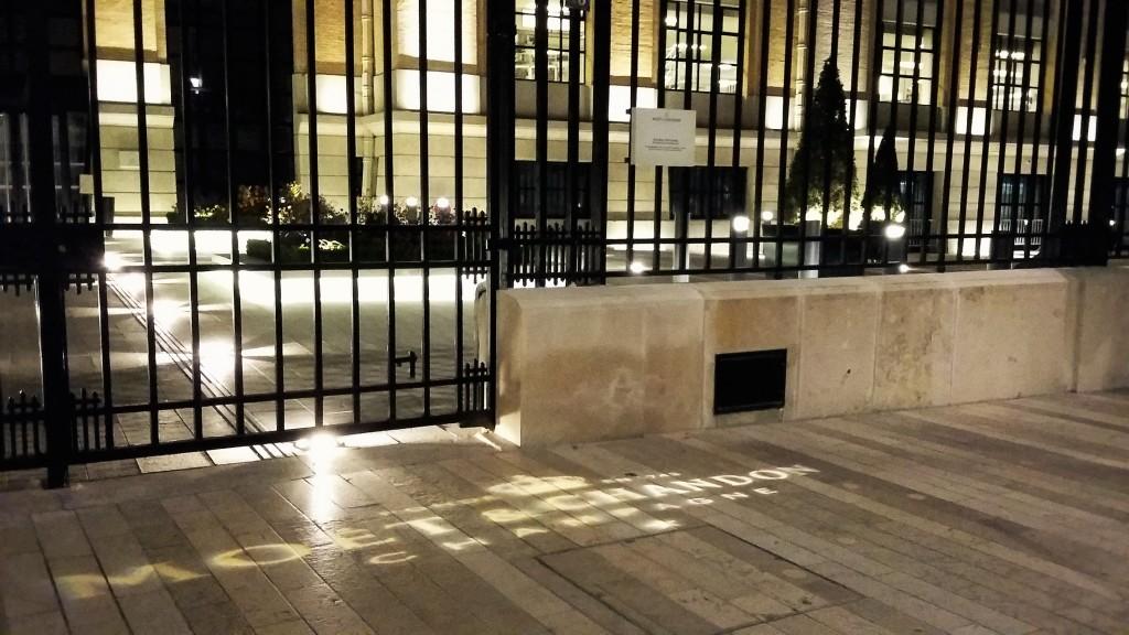 Luzes projetam nome da Moët & Chandon na calçada da sede da empresa, na noite da Av. de Champagne