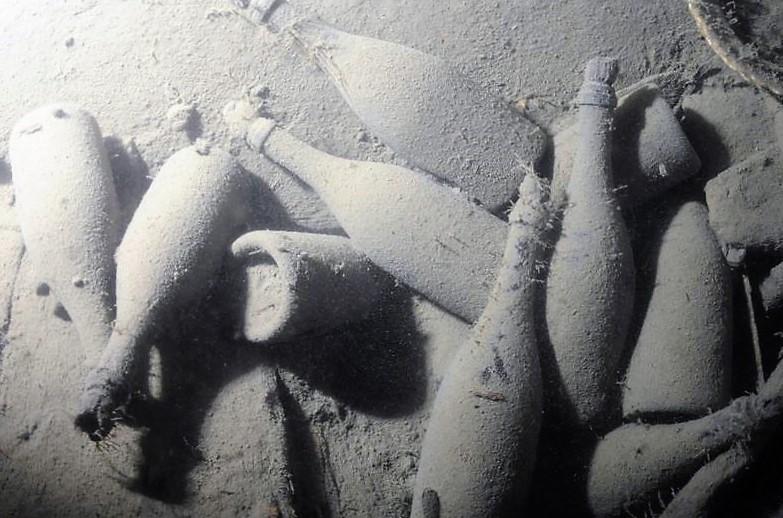 Garrafas de champanhe produzido entre os anos de 1839 e 1841 encontradas no fundo do Mar Báltico (Foto: divulgação)
