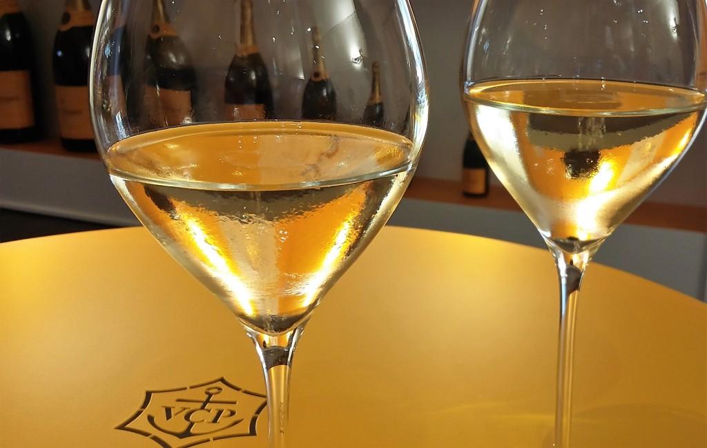 Tim-Tim: taças sobre a mesa com as iniciais do atual nome da marca: Veuve-Clicquot Ponsardin