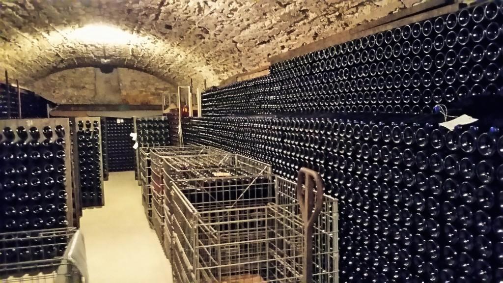 A cave de pedras que fica debaixo da casa: champanhes envelhecem de 3 a 10 anos antes de serem comercializados