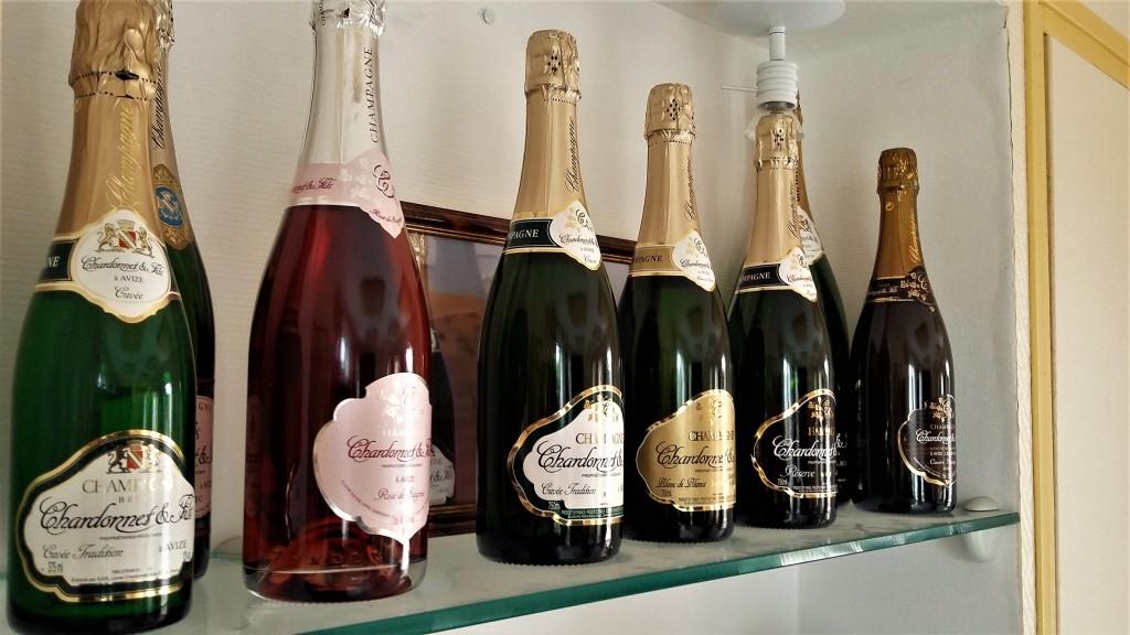 Numa prateleira da sala, a linha de champanhes Chardonnet