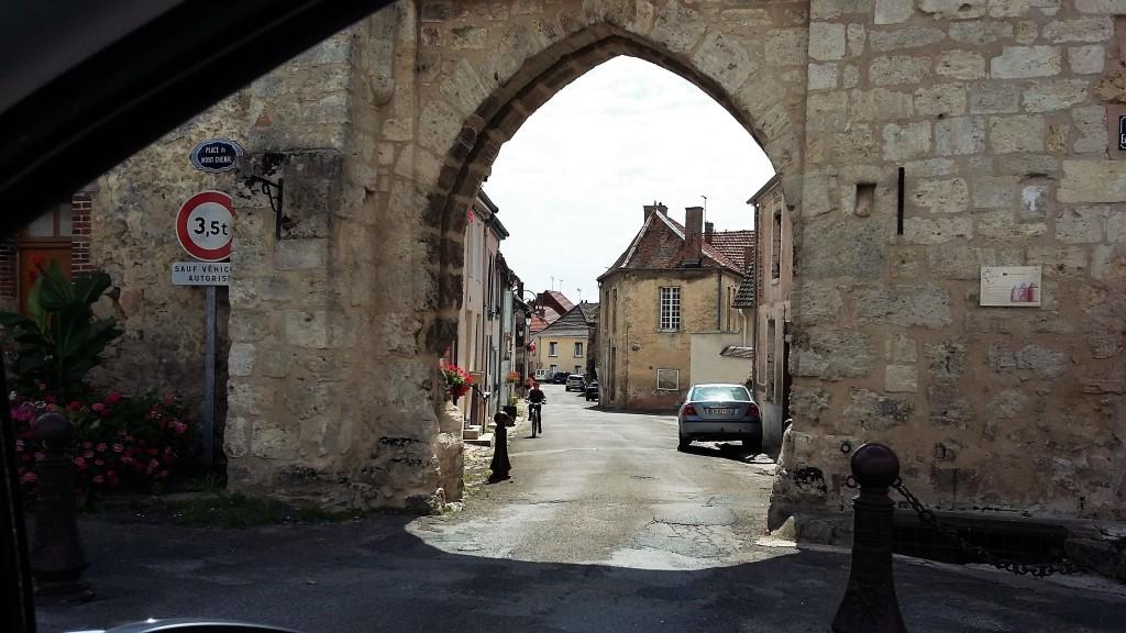 Portal de pedra emoldura uma rua da cidade de Vertus, a última do nosso roteiro no segundo dia na região de Champanhe