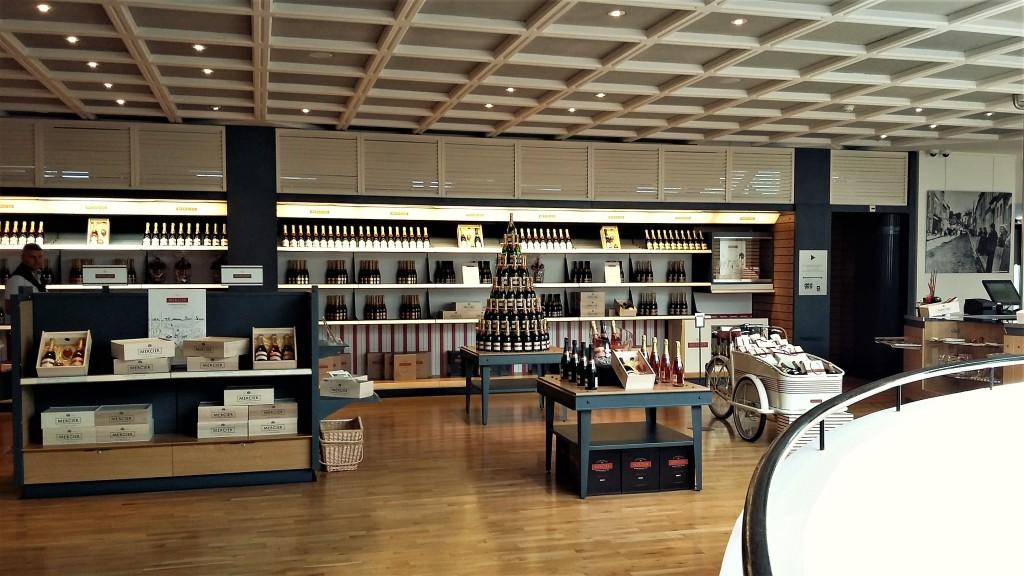 Na loja, além das linhas de champanhe Mercier, produtos como bolsas, taças, saca-rolhas, baldes de gelo...