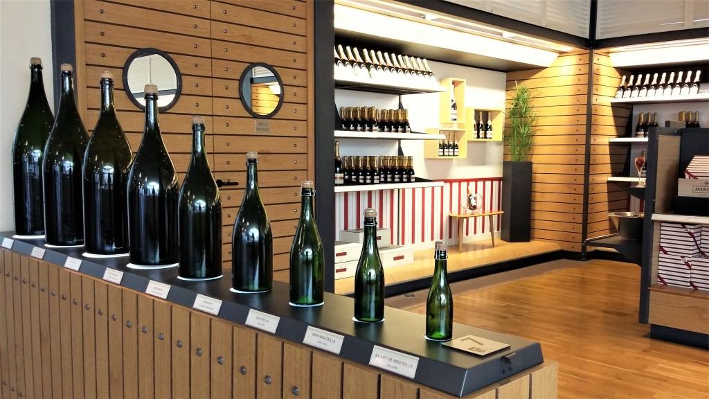 Todos os tamanhos de garrafas de champanhe estão expostos na loja