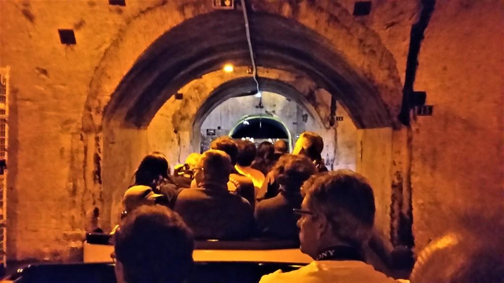 Trenzinho com turistas percorre o enorme labirinto formado pelas caves subterrâneas