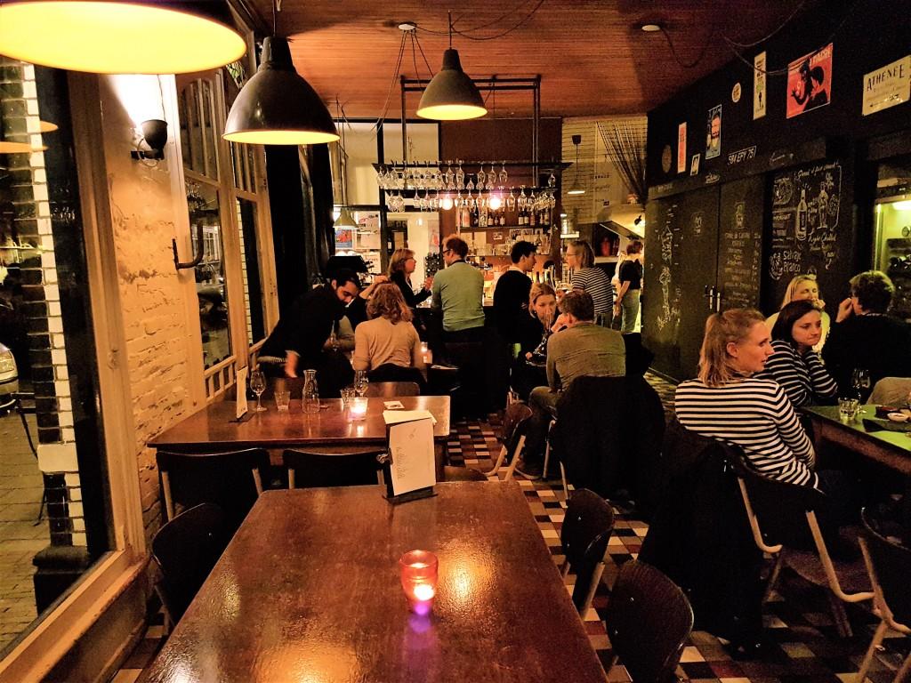A informalidade é uma das marcas desse bar de vinhos localizado numa esquina de um dos bairros mais boêmios de Amsterdam